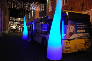 Im Weihnachtsgeschäft bewirbt ein PayPal-Bus das QRShopping