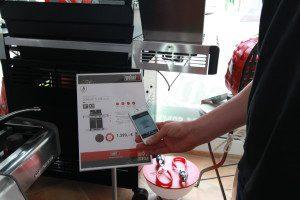 Blick in den Konzeptstore: Schwerpunkt auf Warenpräsentation, Einkauf der QR-Code