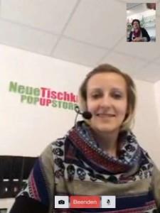 Vier Mitarbeiter ermöglichen die Kundenberatung per Video-Chat