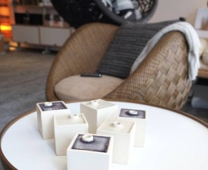 Ungewöhnliche Materialien erhöhen bei InteriorPark die Neugier der Kunden an Anschauen und Anfassen