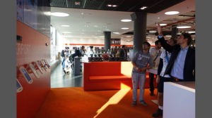 """Multichannel-Features wie die """"Innovationswand"""" im Münchner Cyberport Store haben eine hohe Anziehungskraft auf Technik-Freaks"""