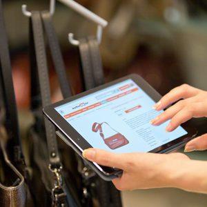 Zusammen mit Storeplus hat Koffer24 eine Lösung für die digitale Regalverlängerung entwickelt