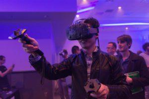 """Symbolbild: VR-Brille """"HTC Vive"""" im Einsatz"""